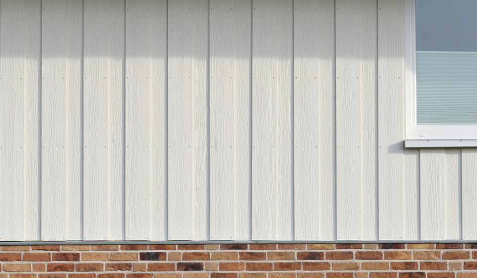 Paint your walls white or give your walls a white or light Cedral facade cladding. The advantage is that behind the facade panels, there is a layer of air that gives your home extra insulation.